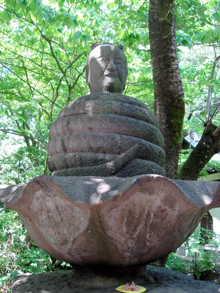 Estàtua de Buda envoltat per una serp. Desconec el significat
