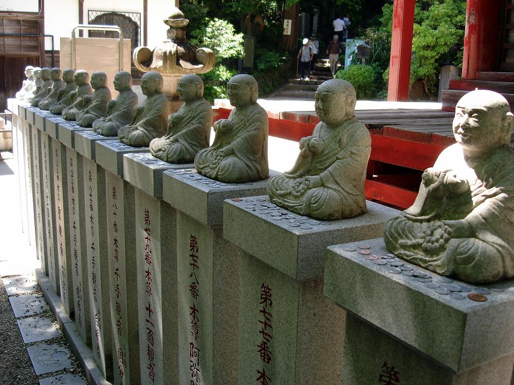 El culte a Buda s'alterna amb el dels déus de la muntanya, que tenen el nas llarg i pic de corb