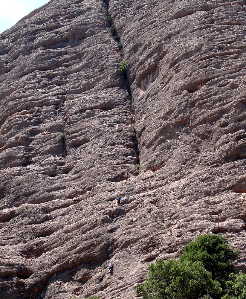 Escaladors enfilant-se per les moles de Biarnets