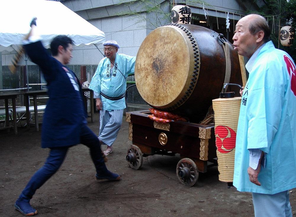 Espectador picant el tambor entremig de dos guardes de la tercera edat