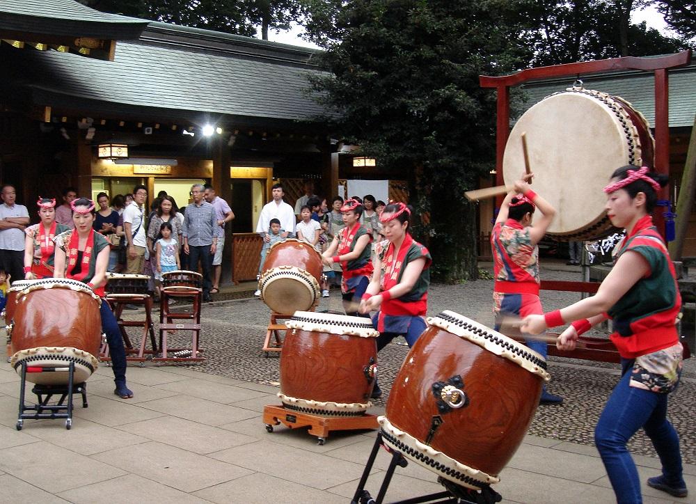 Concert femení de tambors al temple