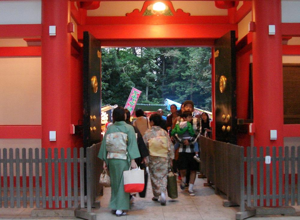 Sortint del temple, amb els tradicionals kimonos