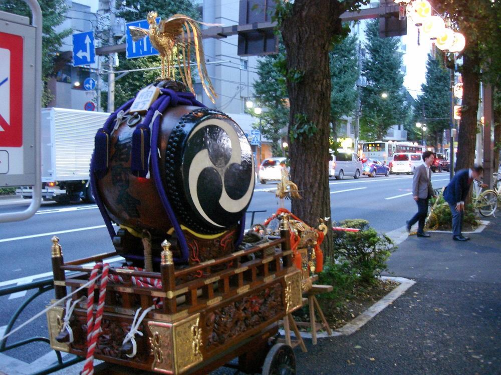 Tambor al carrer, davant d'un petit temple