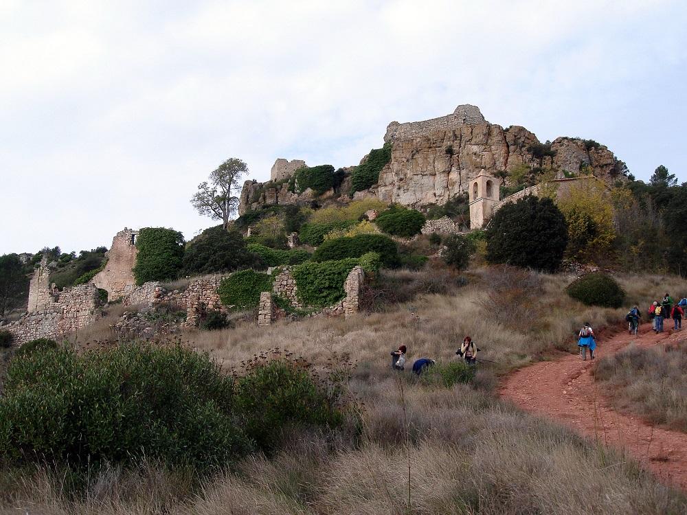 les ruïnes del castell de Selmella amb una ermita a l'interior del recinte