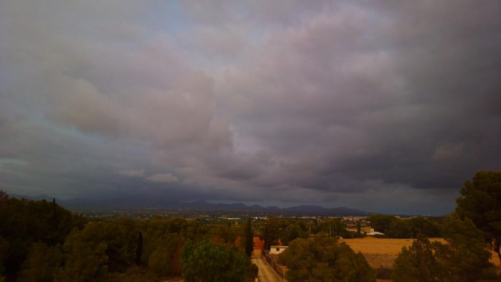 Posta de sol del 29 d'agost, on cap al nord s'albira una tempesta, a la serra Calderona o a la d'Espadà, més llunyana.