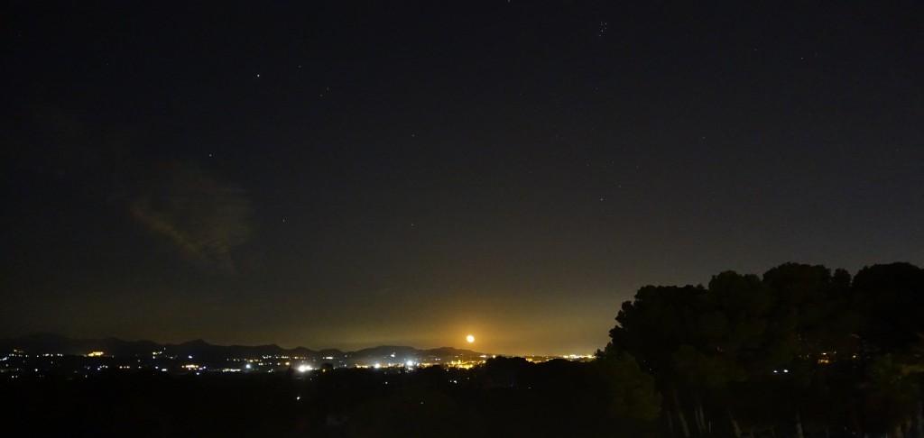 """Vista nocturna de la serra Calderona, amb Bétera al fons, al moment que eixia la """"superlluna"""", ja una mica minvant. 16/11/2016, 21:12 h."""