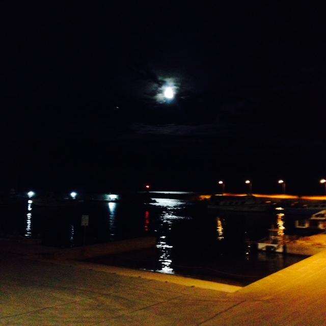 Entra la lluna al bonic port de Les Cases