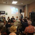 Moment en què la cònsol de Romania a Barcelona, Geanina Boicu, adreça uns mots al públic assistent. A la taula, Delia Oltea Rusu, Alexandra Corina Stavinschi i Ani Dumitru. Foto extreta del Facebook de Doru Coliu: https://www.facebook.com/photo.php?fbid=1738596339714008&set=pcb.1738596426380666
