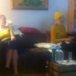 Cristina Taranovici i Anastasia Condruc, vestides amb el groc de Maia Sandu, gestionant el grup de Facebook Adoptă un vot el passat 13 de novembre des d'un pis de Barcelona.