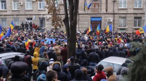 Imatges de la protesta d'aquest migdia davant la seu de la Comissió Electoral Central moldava. Font: Agora.md. http://agora.md/stiri/24714/galerie-foto--cum-decurge-protestul-din-fata-comisiei-electorale-centrale