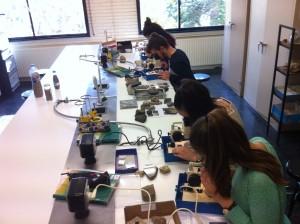 Estudiants de Batxillerat treballant al Laboratori de Geologia amb la lupa binocular.