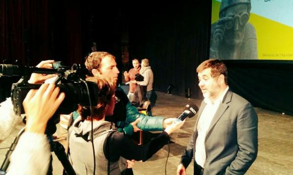 Jordi Sànchez atén els mitjans de comunicació, al migdia