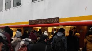Passatgers pujant al ferry 'Barış Manço'  que uneix Kadıköy amb Beşiktaş , pont marítim entre Àsia i Europa